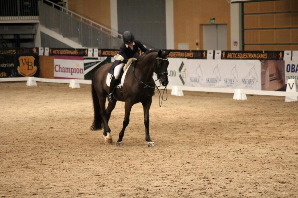 En fornøyd Siril Helljesen på hesten Rosenstolz.  Foto: Thea Mørch Aas